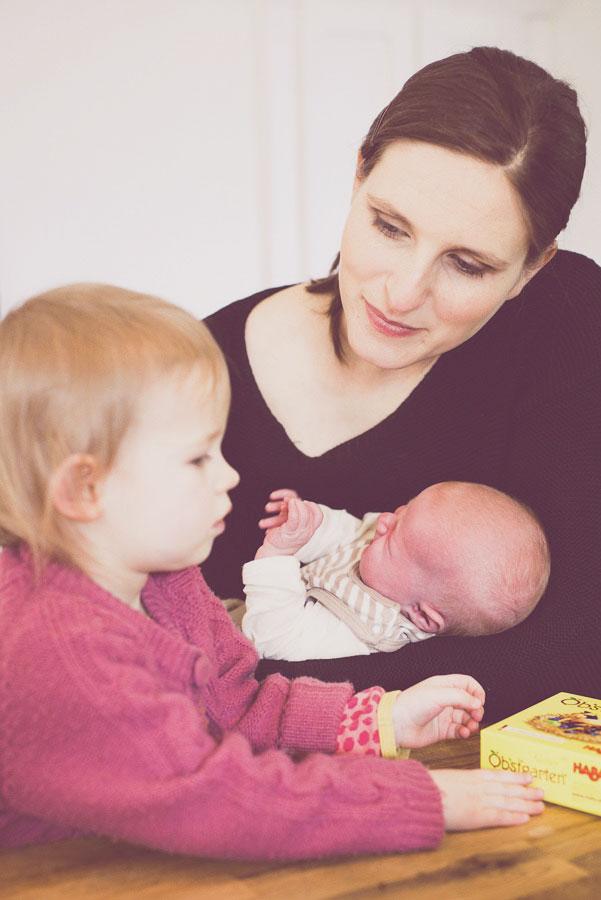 Katherine mit ihren beiden Kindern mit Spiel